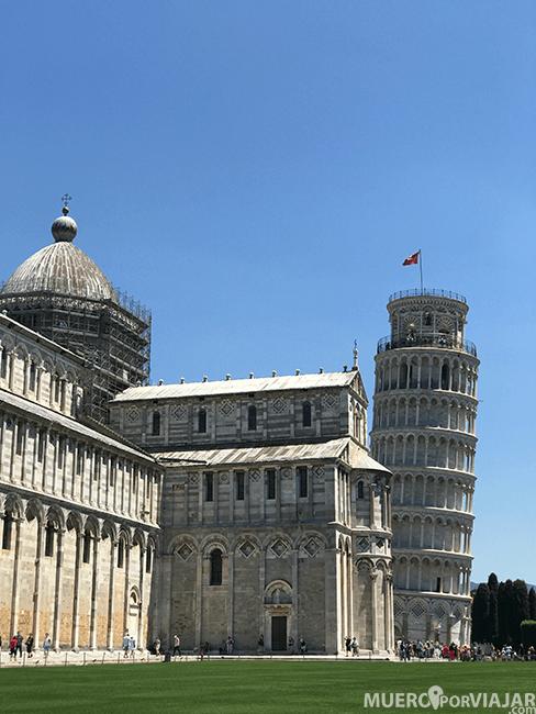 La famosa torre inclinada de Pisa junto a la catedral de Pisa