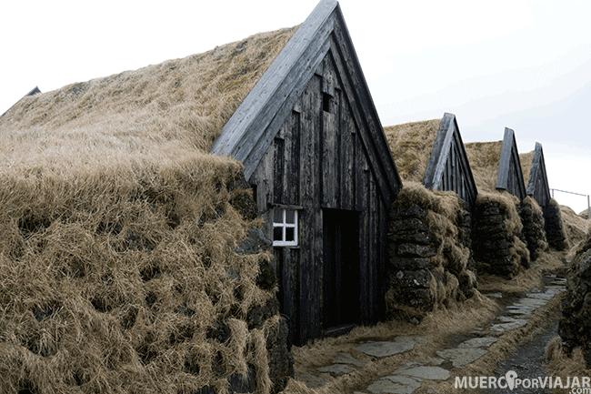 Keldur, un conjunto de casitas con césped en el tejado - Islandia