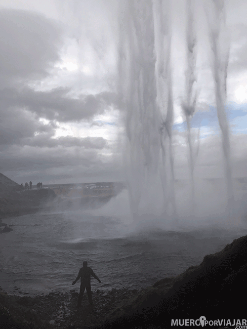 Interior de la cascada Seljalandsfoss - Islandia