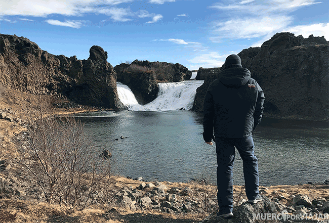 La bonita cascada Hjálparfoss - Islandia