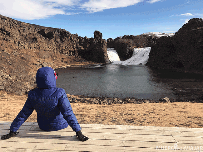 Descansando en la cascada Hjálparfoss - Islandia