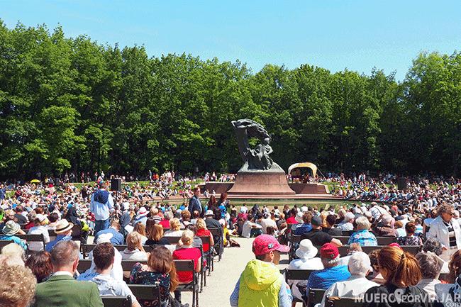 Estatua Chopin en el parque real de Varsovia