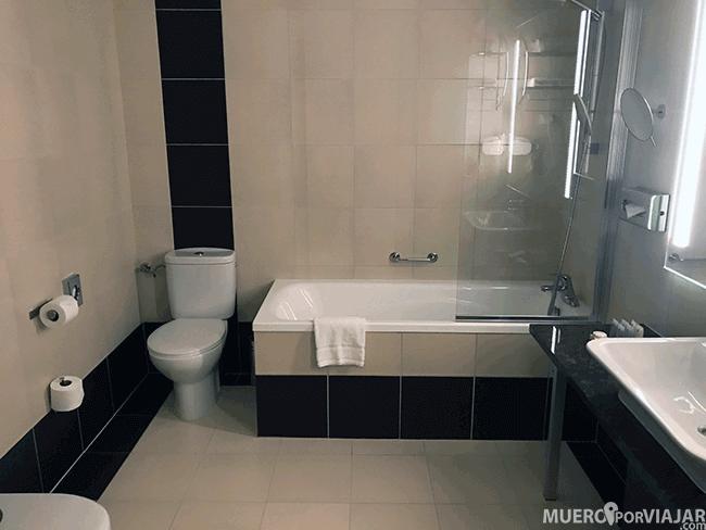 Baño de nuestra habitación en el hotel Leonardo Royal Hotel Warsaw - Varsovia