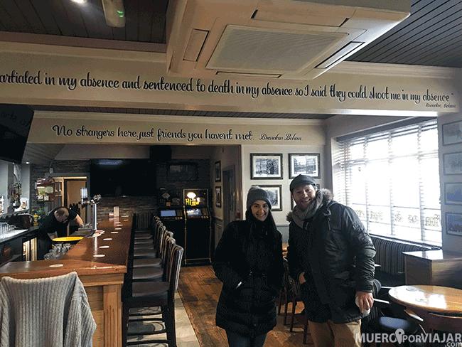 Con nuestro guia en Derry