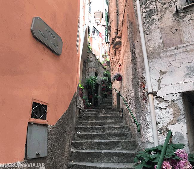 El inicio del sendero en Vernazza está a pie de calle y se accede pasando entre casas