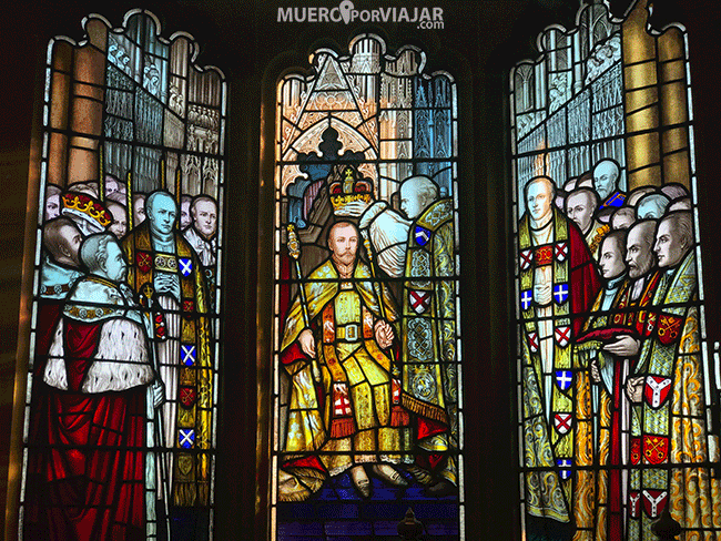 Cristaleras del ayuntamiento de Derry donde se explica la historia