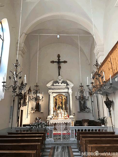 El interior de iglesia de San Juan Bautista en Riomaggiore es muy sencillo