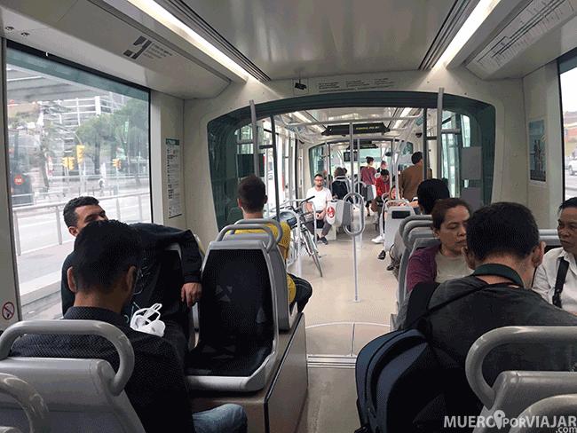 El interior del tram de Barcelona