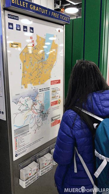 Máquina que suministra billetes gratuitos de transporte del aeropuerto al centro de Ginebra