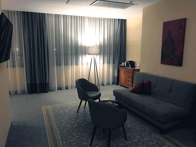 Salón de nuestra habitación en el hotel Leonardo Royal Hotel Warsaw - Varsovia