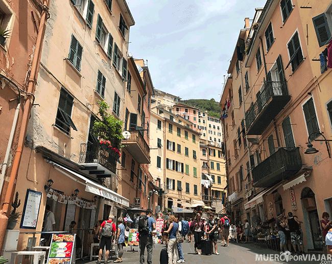 Riomaggiore es uno de los pueblos más grandes y tiene una calle principal que recorre todo el pueblo