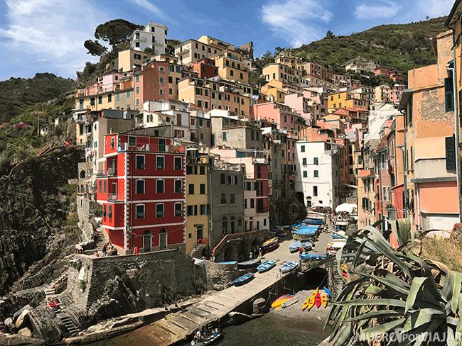 El precioso pueblo de Riomaggiore en Cinque Terre, Italia
