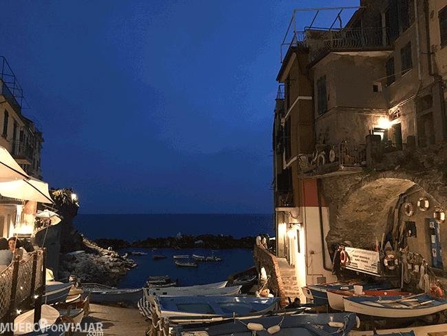 Las luces de los portales le otorgan un aspecto precioso y muy romántico a Riomaggiore