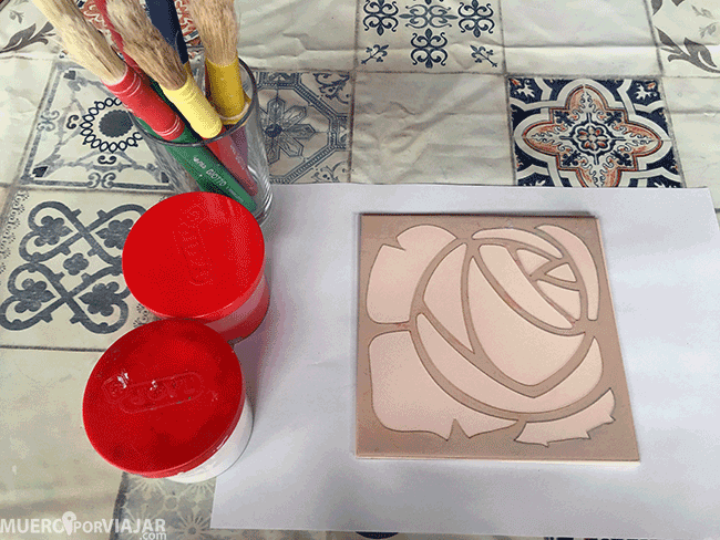 Hicimos un taller donde pintamos nuestras propias piezas de cerámica