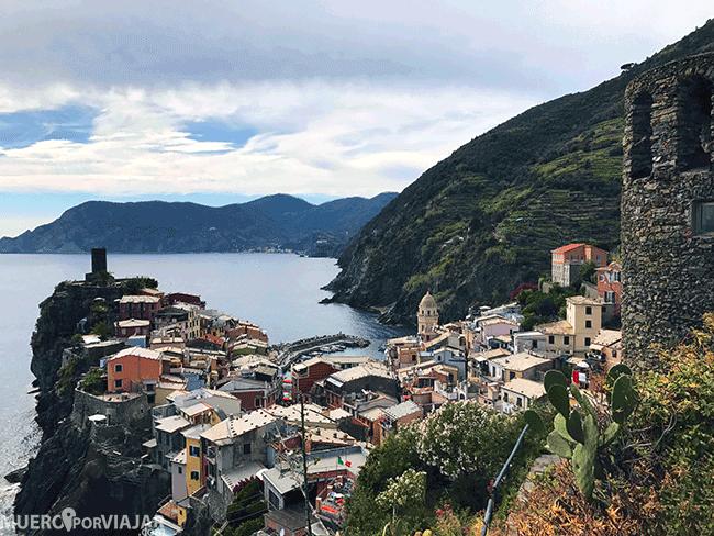 El pueblo de Vernazza y su torre en la parte más cercana al mar