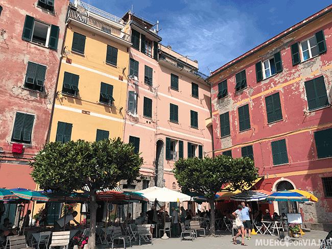 Una preciosa y colorida plaza de Vernazza