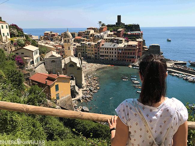 Las vistas de los pueblos desde los senderos son preciosas, en este caso vemos Vernazza en Cinque Terre