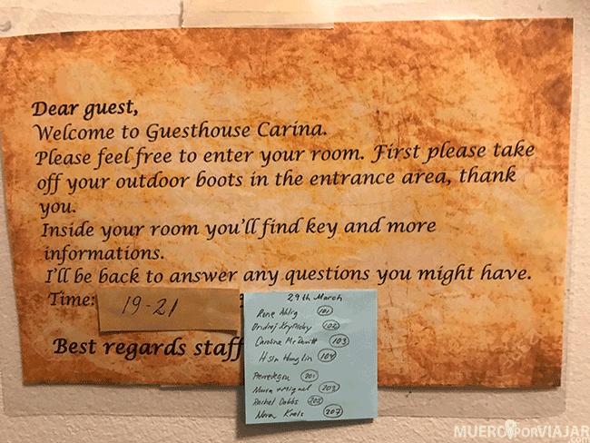La información en la entrada de la guesthouse Carina en Vík - Islandia