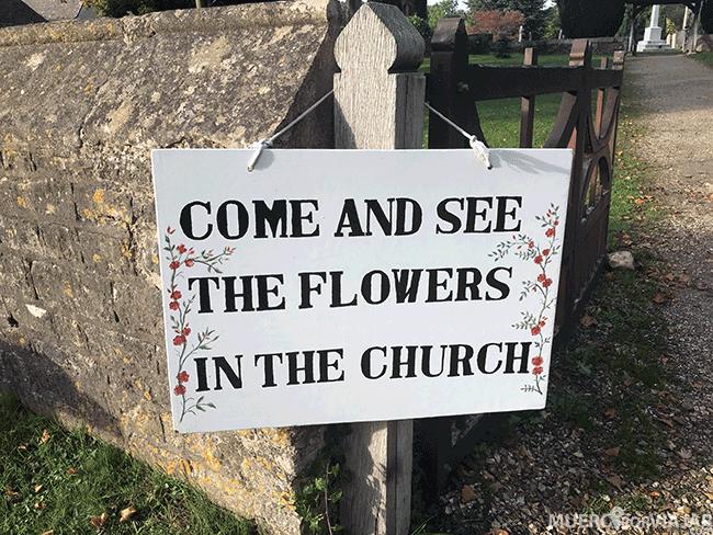 Cartel a la entrada de una iglesia en Los Cotswolds