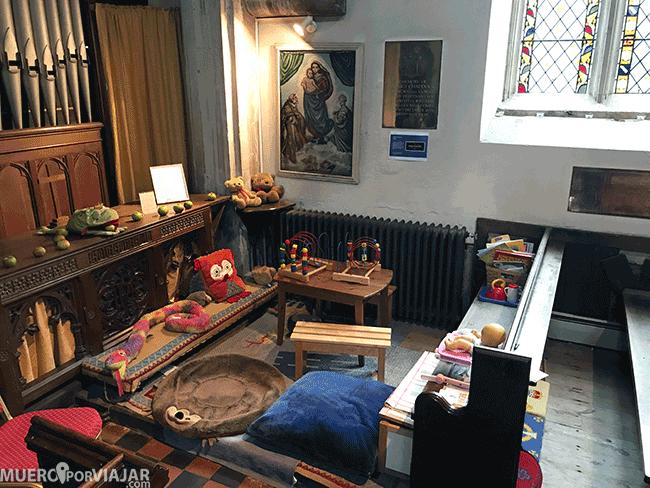 Zona de juegos en una iglesia de Los Cotswolds