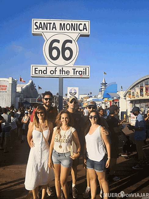 La señal de final de Route 66 en el Santa Monica Pier en Los Angeles