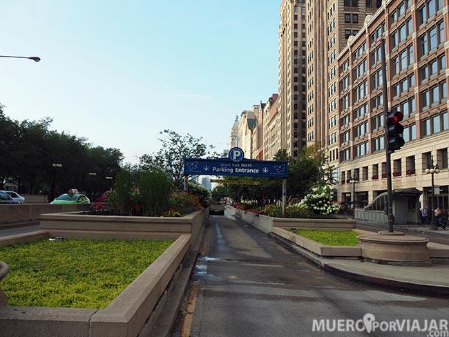 La entrada del parking que hay situado muy cerca de los apartamentos