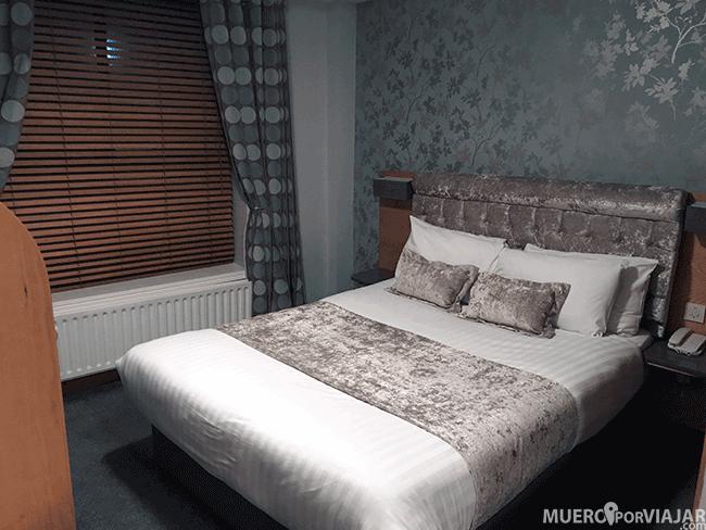 La cama y decoración de la habitación del hotel