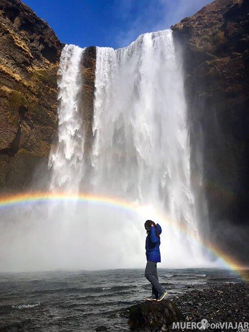 Disfrutando de la cascada Skógafoss