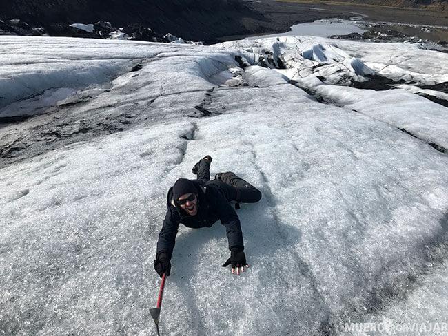 Haciendo broma en el glaciar Sólheimajökull