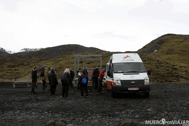 Preparación para la caminata por el glaciar Sólheimajökull