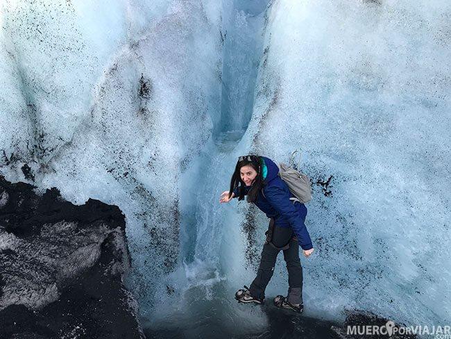 Bebiendo agua del glaciar Sólheimajökull