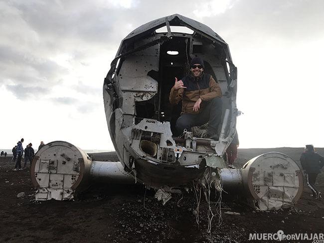 Miguel en el avión abandonado DC-3