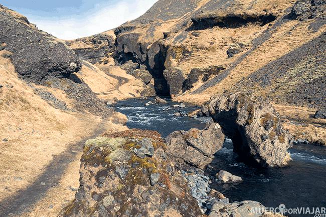 Camino a la cascada Kvernufoss