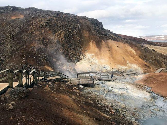 La preciosa (aunque no huele muy bien) zona geotermal de Seltún en Islandia