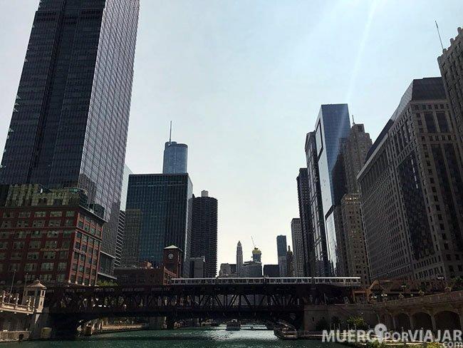 Durante el tour por el río Chicago también te explican la historia de la ciudad