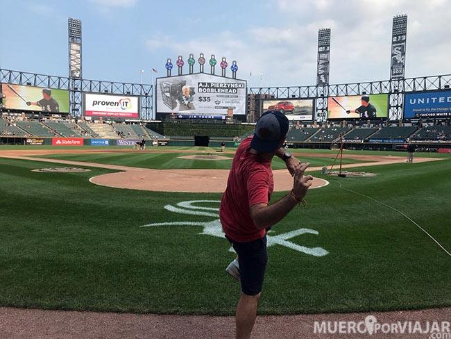 Pisamos el campo del estadio de los White Sox en la que fue una experiencia super chula (ya veis a Miguel super encantado)