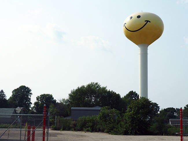 Nos encontramos muchas cosas curiosas en la Ruta 66, como este deposito de agua pintado con una cara sonriente