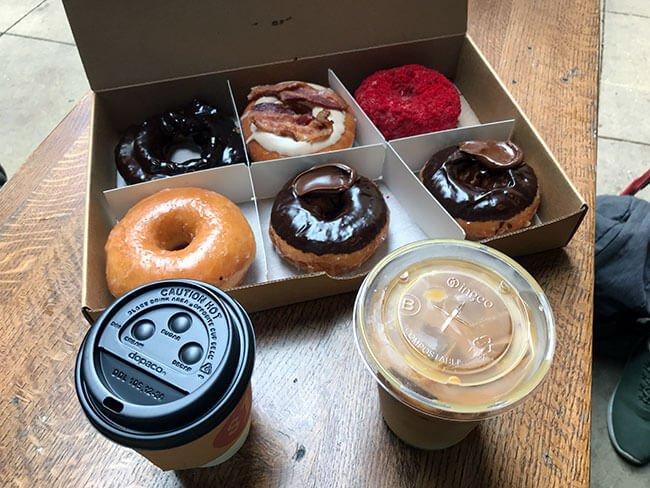 El surtido de donuts que desayunamos en el Do-Rite Donuts & Coffee