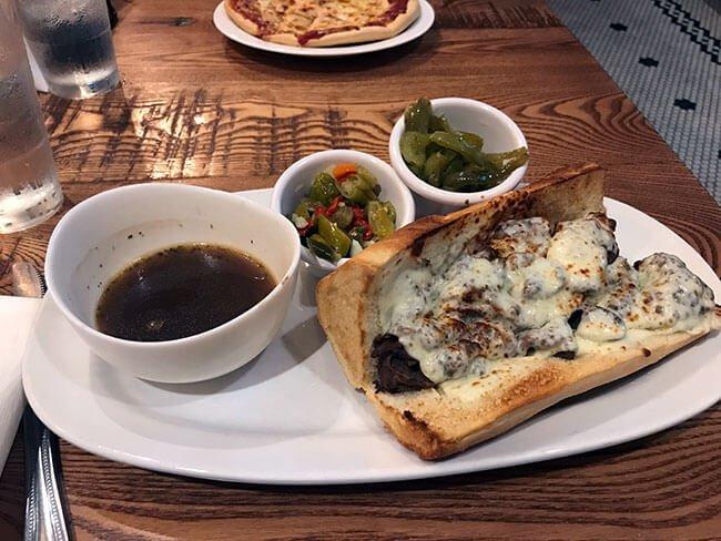 Un plato muy completo es el Italian beef también típico de Chicago