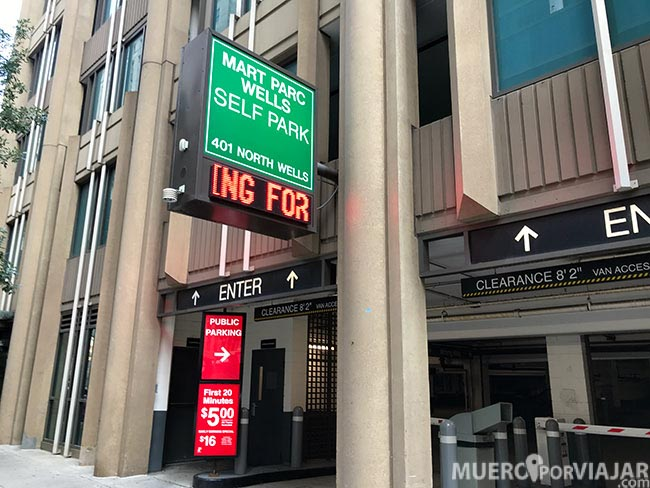 La entrada al Wells Parking en Chicago