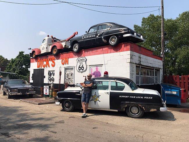 En el pueblo de Joliet puedes visitar el taller de coches Dick's ON donde hay un tramo original de la Ruta 66