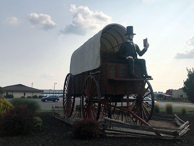 El carro cubierto más grande del mundo, un homenaje a Lincoln en el pueblo de Lincoln en la Ruta 66