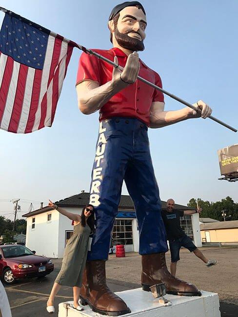 El Lauterbach Giant te saluda sosteniendo la bandera americana a tu paso por la Ruta 66