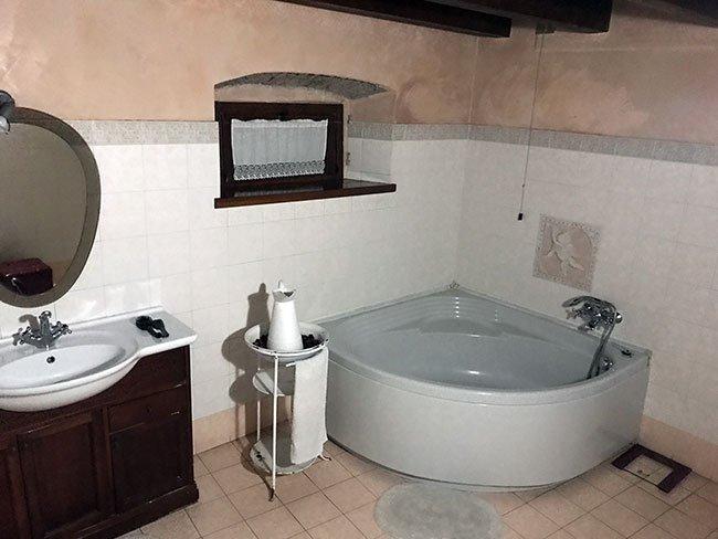 La bañera no muy funcional del B&B La Corte en Bergamo