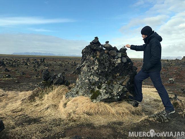 Durante años los turistas y visitantes han ido creando este paisaje de piedras amontonadas