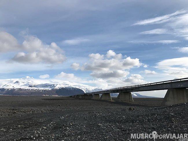 Con las extensas llanuras de Islandia, no te sorprende encontrar carreteras abandonadas