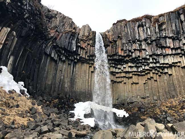 Una de las cascadas más chulas de Islandia es la cascada Svatifoss con el agua cayendo por las columnas de basalto