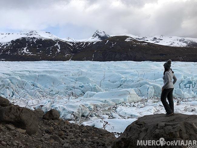 Puedes rodear la lengua de hielo del glaciar Svinafelsjokull para darte cuenta de lo grande que es