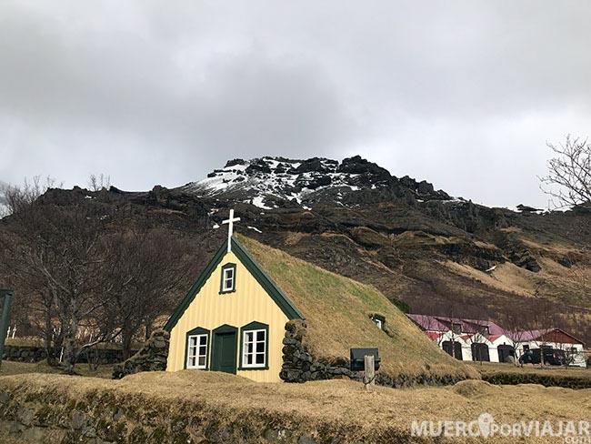 Una iglesia muy peculiar es Hofskirkja ya que es una de las 6 que conservan su construcción original