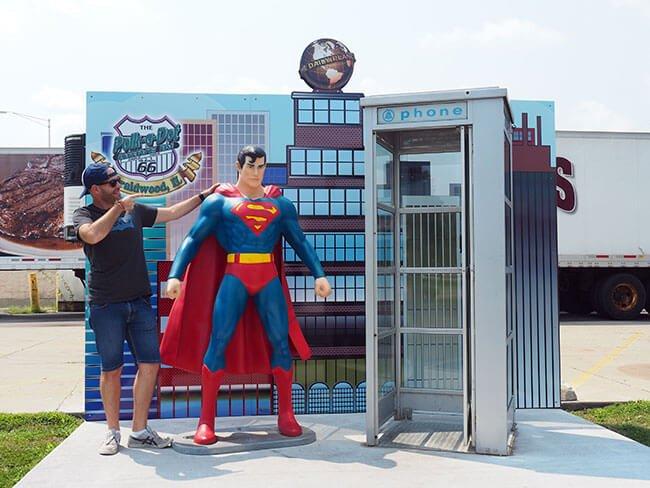 Algo muy típico de USA es poner simbolos americanos por todas partes, en Polk-a-Dot Drive encuentras hasta a Superman